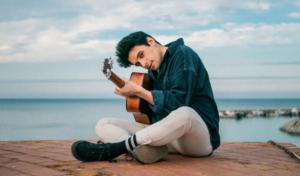 Alex Palomo apuesta por el corazón en su primer single 'Quema'