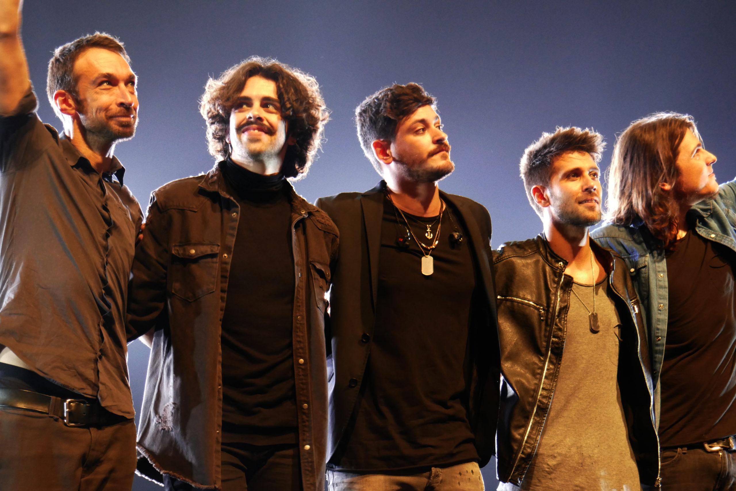 Cepeda y su banda tras un concierto. De izquierda a derecha: Ramón Argall, Iván Herzog, Cepeda, Diego Cartón y Rubén Alcázar.