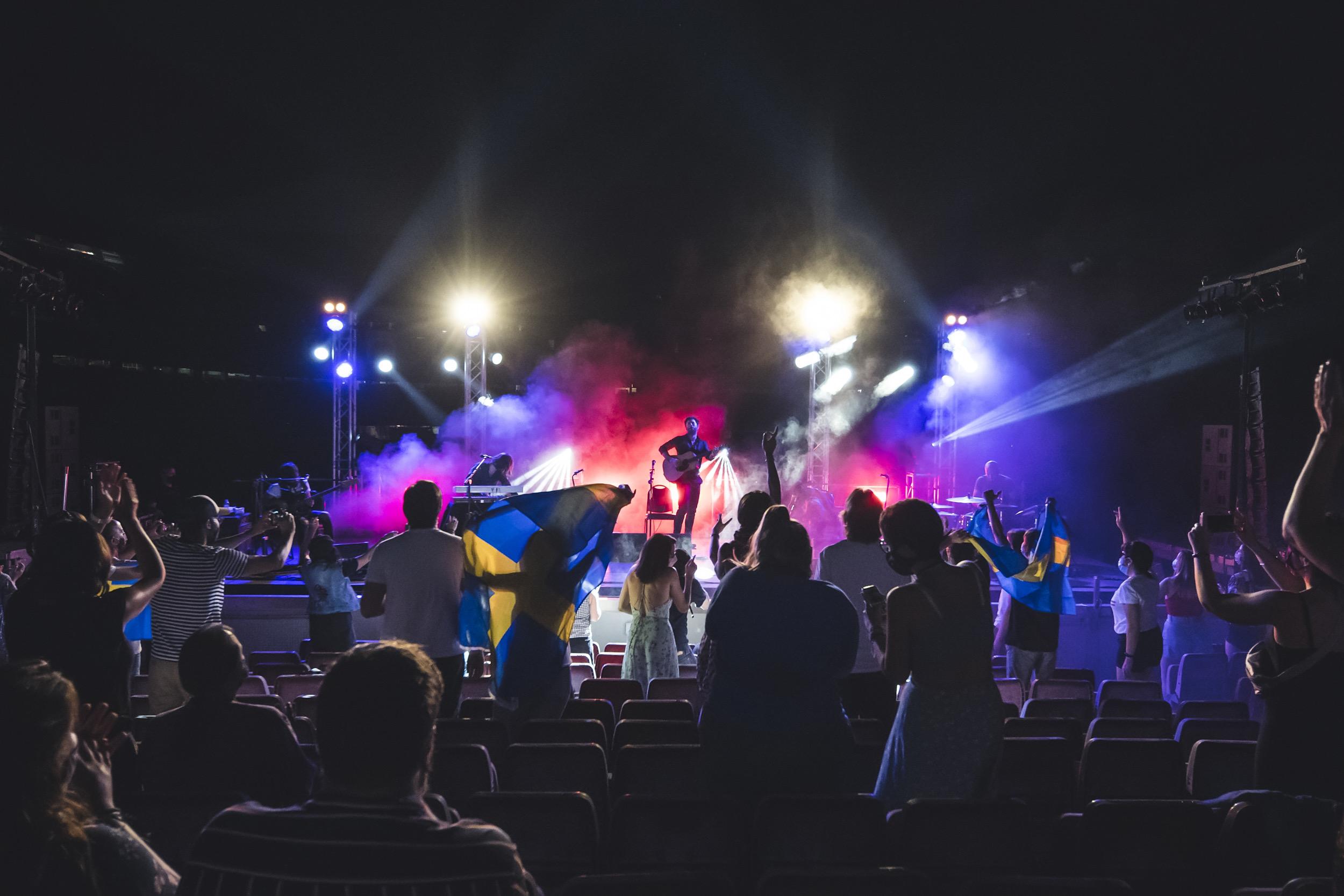 Más de una persona en el público ondeaba banderas de Suecia en referencia al nombre del grupo. | Fuente: Cruïlla