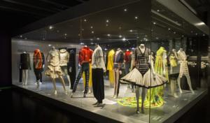 170 piezas que marcan el antes y el después del mundo de la moda