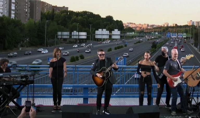 """Alejandro Sanz da un mini-concierto en el bautizado """"Puente del Corazón Partío"""""""