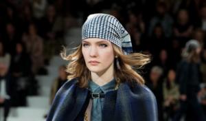 Firmas y celebrities anuncian  el regreso del pañuelo de seda sobre la cabeza