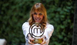 Raquel Meroño junto a su premio | Fuente: TVE