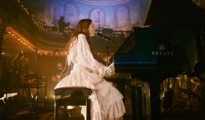 Birdy presenta 'Young Heart' en su concierto de regreso